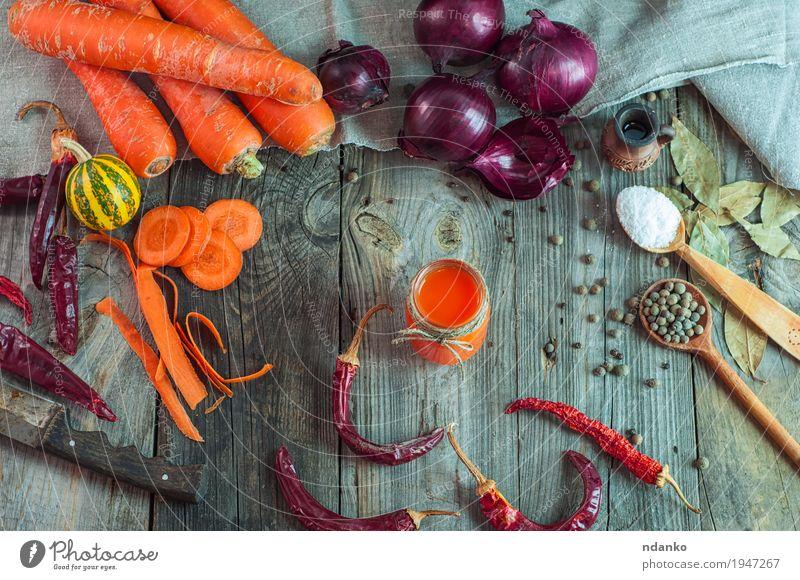 frisches Gemüse und ein Glas Karottensaft Natur alt Gesunde Ernährung natürlich Holz Gesundheitswesen grau oben orange Frucht Tisch Seil