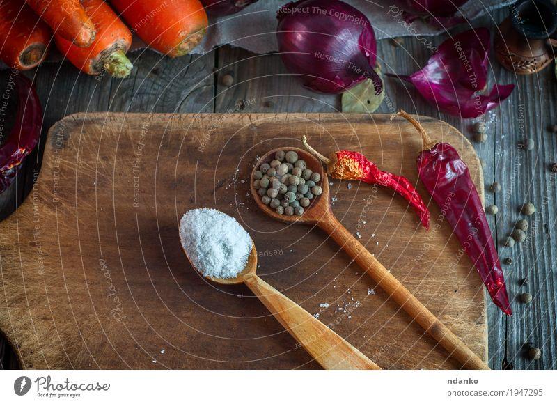Salz und getrockneter Piment in einem hölzernen Löffel alt Pflanze weiß rot Blatt Speise natürlich grau braun orange frisch Tisch Kräuter & Gewürze lecker