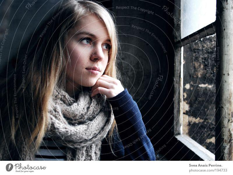 . feminin Junge Frau Jugendliche Auge Hand 1 Mensch Mauer Wand Fassade Hemd Schal blond langhaarig Denken Blick träumen dehydrieren dünn authentisch kalt
