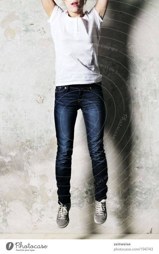 spring Mensch feminin Junge Frau Jugendliche 1 18-30 Jahre Erwachsene T-Shirt Jeanshose Turnschuh springen dünn blau grau weiß Mut Putz Schlagschatten verrückt