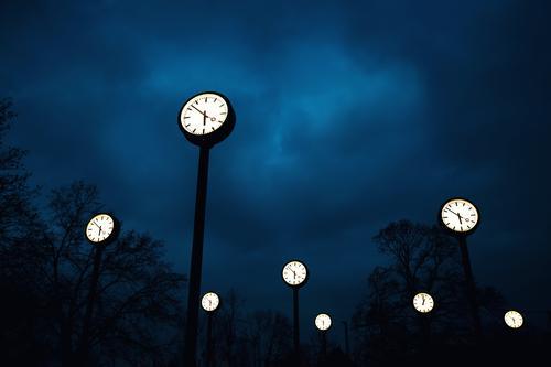 eigentlich zu früh blau weiß Wolken ruhig schwarz außergewöhnlich Zeit leuchten Park Uhr Beginn Zukunft hoch Zifferblatt Vergänglichkeit planen