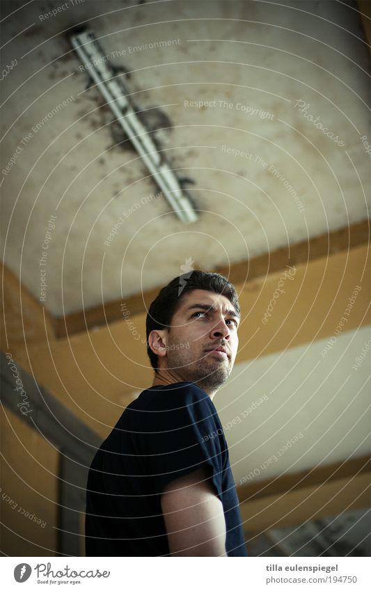 skeptiker Mensch Mann Erwachsene Einsamkeit dunkel Gebäude Kraft maskulin bedrohlich T-Shirt beobachten Neugier Schmerz Mut Tunnel Wachsamkeit