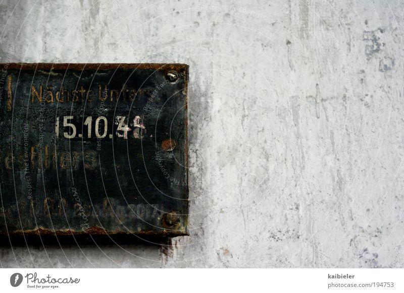 spät dran alt grau Metall Schilder & Markierungen Schriftzeichen Ziffern & Zahlen Vergänglichkeit Zeichen Verfall Vergangenheit Rost Hinweisschild Maschine Zeit