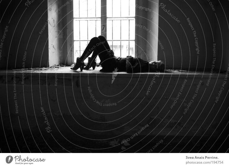 schwarz-weiß und das ganze grau dazwichen. elegant Stil feminin Junge Frau Jugendliche 1 Mensch Mauer Wand Fenster Stiefel liegen träumen Traurigkeit dunkel