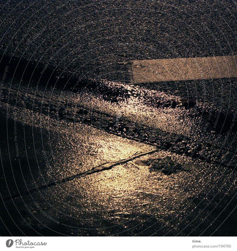 Nachtspaziergang Einsamkeit Straße dunkel Angst glänzend Straßenverkehr nass Schilder & Markierungen Hoffnung authentisch bedrohlich Asphalt Streifen gruselig Gelassenheit Müdigkeit
