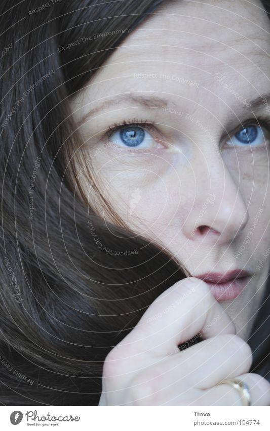 yesterday Frau schön Einsamkeit Gesicht Erwachsene Auge feminin Gefühle Kopf Haare & Frisuren Denken Stimmung Mund Nase Finger festhalten
