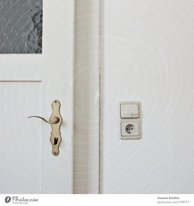 Küchentür Mauer Wand Fenster Tür Häusliches Leben Holztür Beschläge Griff Steckdose Lichtschalter Türrahmen Altbau Wohnzimmer gehen Schlüssel Schloss