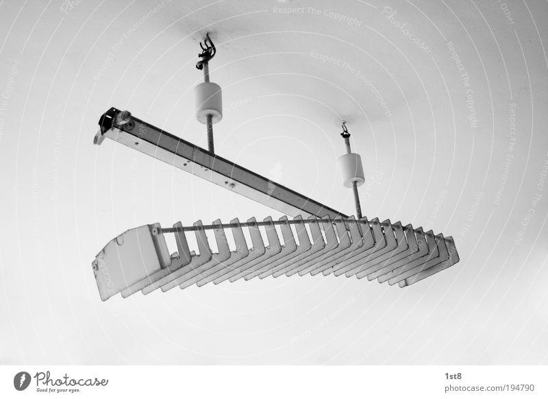 Raupe ästhetisch außergewöhnlich kaputt stachelig Lampe Neonlicht Kunstlicht Beleuchtungselement Schwarzweißfoto Innenaufnahme Textfreiraum rechts