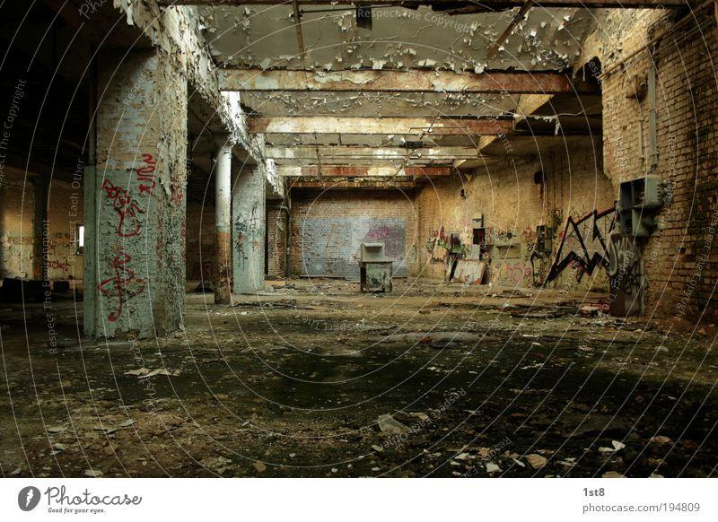 Drinnen draussen alt schön Haus Wand Graffiti Architektur Gebäude Mauer Tür dreckig ästhetisch Zukunft Wandel & Veränderung bedrohlich Technik & Technologie