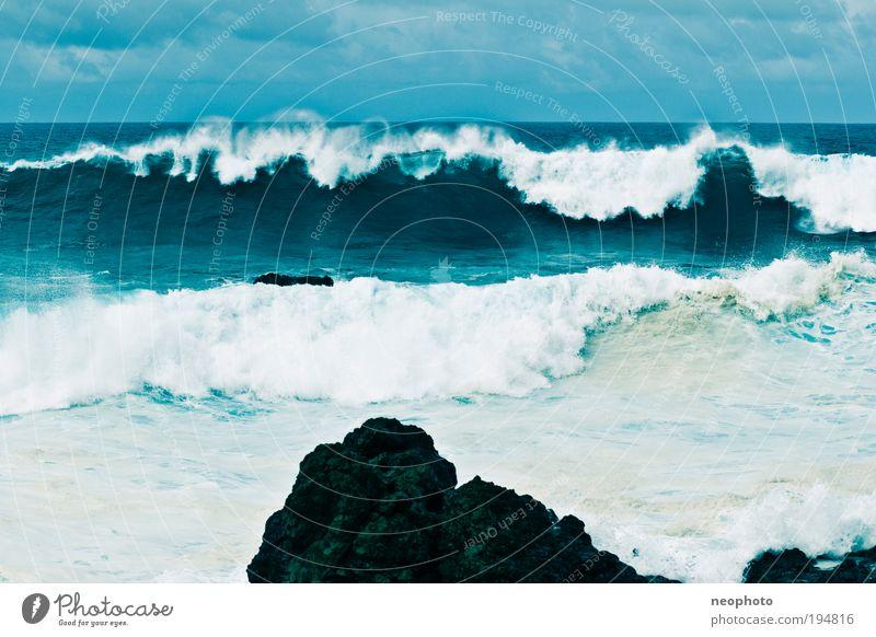 Fels in der Brandung Natur Urelemente Erde Wasser Himmel Sturm Atlantik Insel Angst Felsen blau Wellen gewaltig standhaft stark Sicherheit Farbfoto mehrfarbig