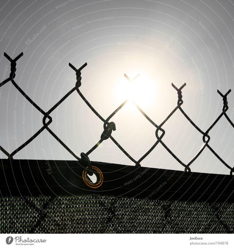 sich abgrenzen... Sonne Haus dunkel Garten Freiheit Lifestyle Sicherheit bedrohlich Schutz leuchten Grenze Zaun Barriere Verbote Nachbar Sicherheitsdienst