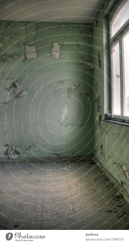 16qm dunkel kalt Wand Fenster Mauer Gebäude dreckig Wohnung gehen kaputt Ende Häusliches Leben Vergänglichkeit Innenarchitektur verfallen leuchten