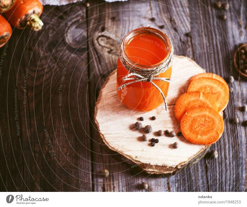 Frischer Karottensaft in einem Glasgefäß auf einer Holzoberfläche Natur alt Essen Herbst natürlich Gesundheit Gesundheitswesen grau oben orange Frucht frisch