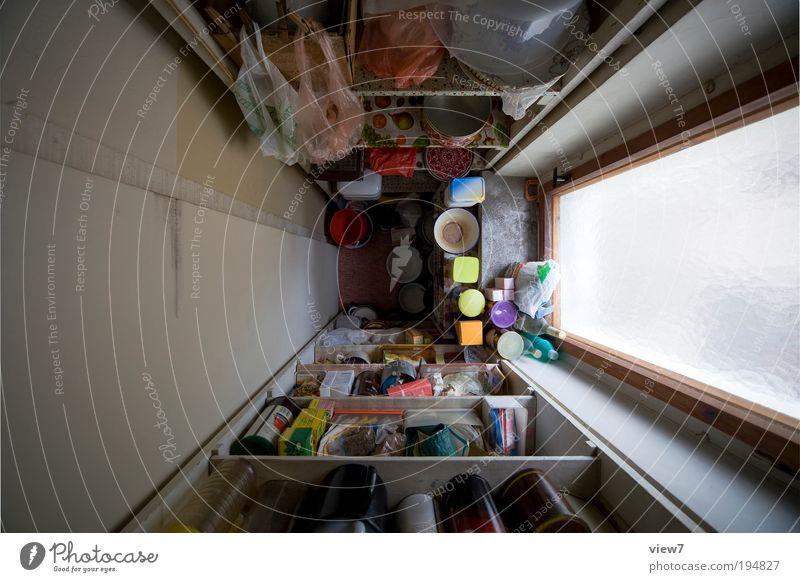 von OBEN nach UNTEN | fünf alt Ferne dunkel Wand oben Fenster grau träumen Mauer Linie Zufriedenheit braun Raum Wohnung Tür Beton