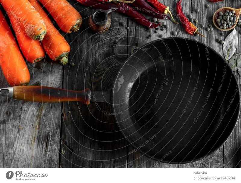 Schwarze Bratpfanne unter dem Frischgemüse Gemüse Kräuter & Gewürze Vegetarische Ernährung Geschirr Pfanne Löffel Tisch Herbst Holz Metall Diät alt Essen frisch