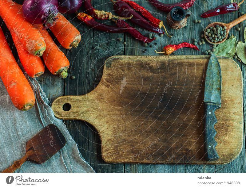 braunes Schneidebrett mit einem Messer Lebensmittel Gemüse Frucht Kräuter & Gewürze Essen Bioprodukte Vegetarische Ernährung Löffel Gesunde Ernährung Tisch