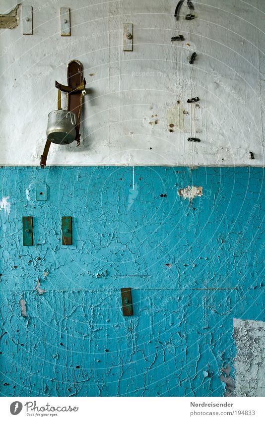 Löschhilfe blau Wand Architektur Mauer Gebäude Arbeit & Erwerbstätigkeit Innenarchitektur Ordnung Armut Design Dekoration & Verzierung kaputt Lifestyle Häusliches Leben Industrie einfach