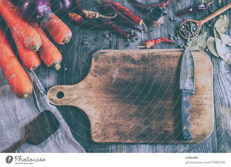 Leeres braunes Schneidebrett mit einem Messer Gemüse Frucht Kräuter & Gewürze Ernährung Vegetarische Ernährung Löffel Tisch Küche Herbst Holz Diät alt frisch