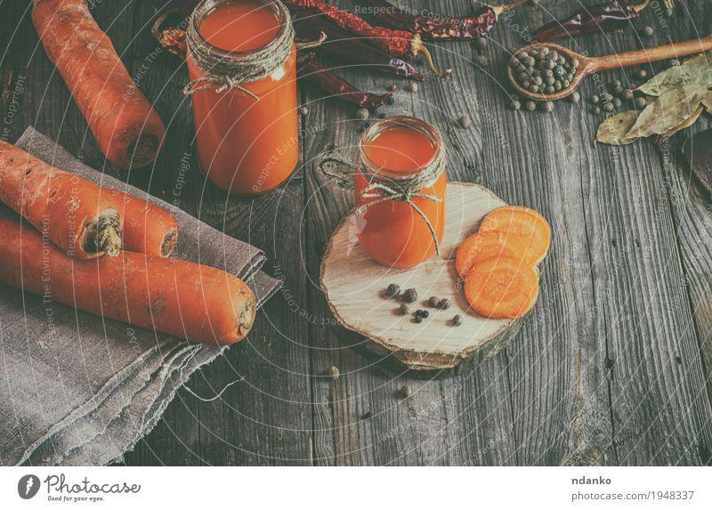 Frischer Karottensaft mit Masse unter dem Gemüse und den Gewürzen Natur alt natürlich Holz Gesundheitswesen grau oben orange Ernährung frisch Glas Tisch Seil
