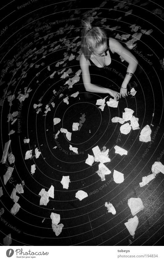 afterhour Jugendliche Erholung Einsamkeit Junge Frau Leben Gefühle feminin Feste & Feiern dreckig Lifestyle sitzen Tanzen schlafen erleuchten Müll Veranstaltung