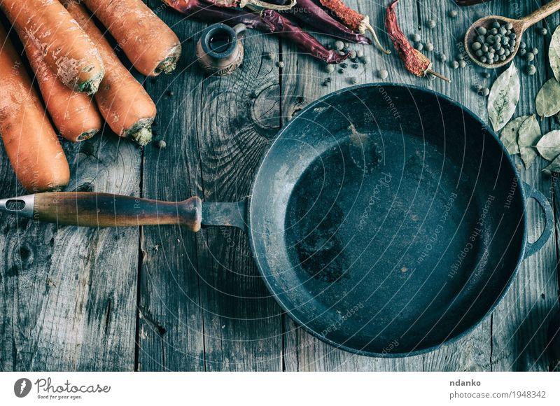 Leere schwarze Roheisenwanne unter dem Frischgemüse Gemüse Kräuter & Gewürze Vegetarische Ernährung Pfanne Tisch Herbst Holz Metall Diät alt frisch lecker