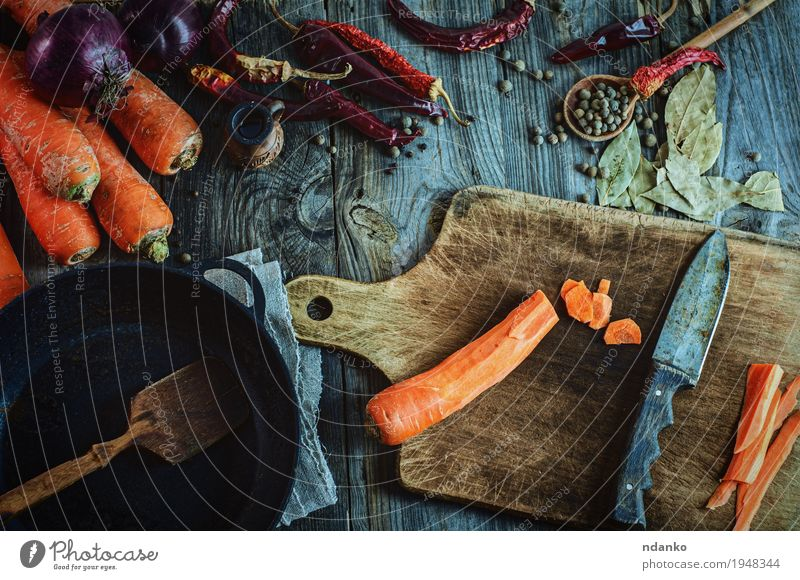 Frisches Gemüse, Gewürze und schwarze Bratpfanne zum Kochen von Mahlzeiten alt rot Essen Herbst natürlich Holz Gesundheitswesen grau orange Frucht Metall frisch