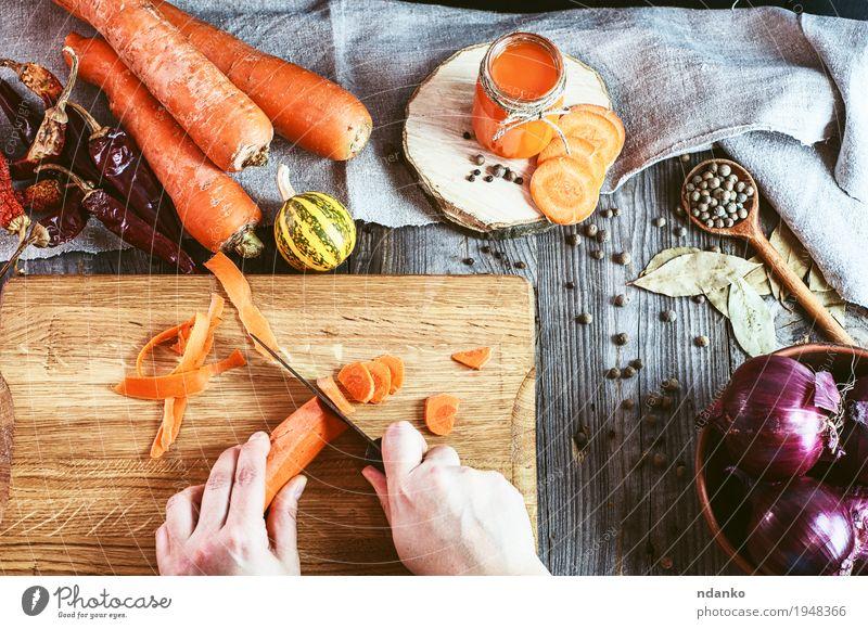 Zwei weibliche Hände hackten frische Karottenscheiben Mensch Natur Jugendliche alt Junge Frau Hand Blatt 18-30 Jahre Erwachsene Essen natürlich Holz grau oben