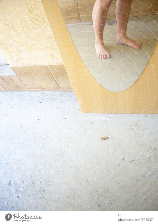 FÜR PONTCHEN Frau Sommer Erwachsene gelb Freiheit Wärme Beine Fuß laufen Haut stehen dünn Spiegel Geometrie Barfuß Zehen
