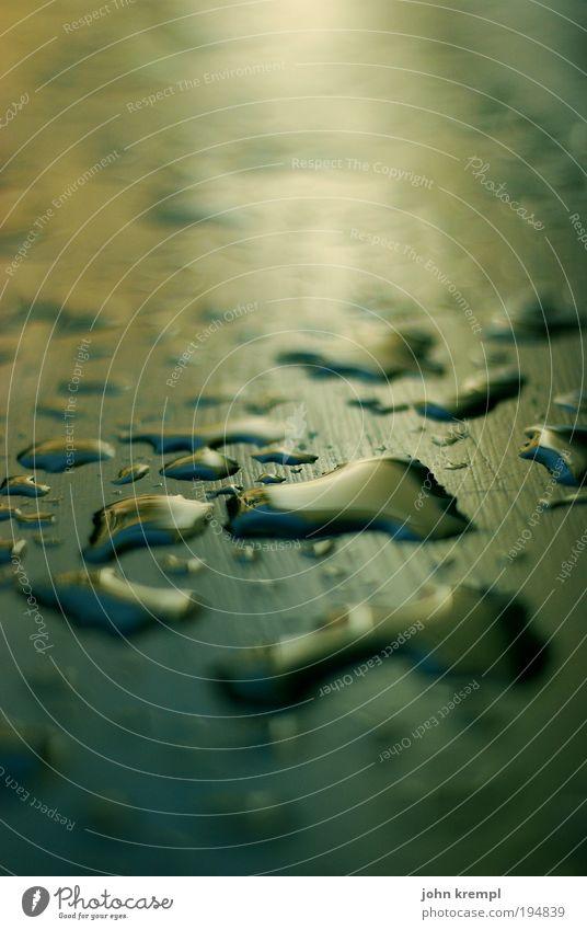 la isla tropfita Wetter schlechtes Wetter Regen Gewitter Tisch Tropfen Wassertropfen leuchten Flüssigkeit glänzend nass gold grün Warmherzigkeit trösten Leben