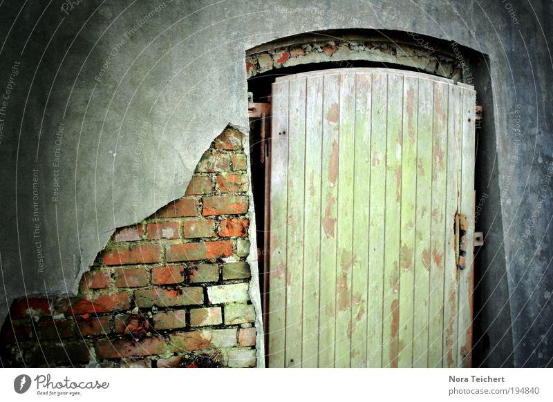 who cares? Dorf Altstadt Haus Ruine Bauwerk Gebäude Mauer Wand Fassade Tür Backstein Eingang alt träumen weinen bedrohlich Wut Stimmung Wahrheit Einsamkeit