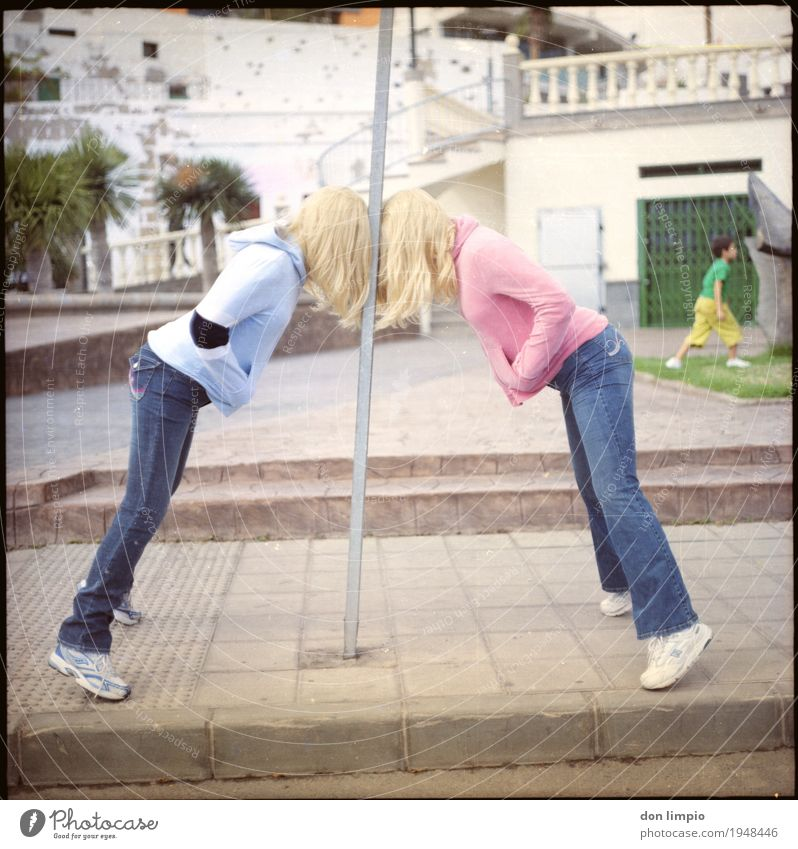 reden hilft! Mensch Jugendliche Junge Frau 18-30 Jahre Erwachsene Leben Gefühle feminin Kunst Stimmung Zusammensein Kraft blond gefährlich Bekleidung Coolness