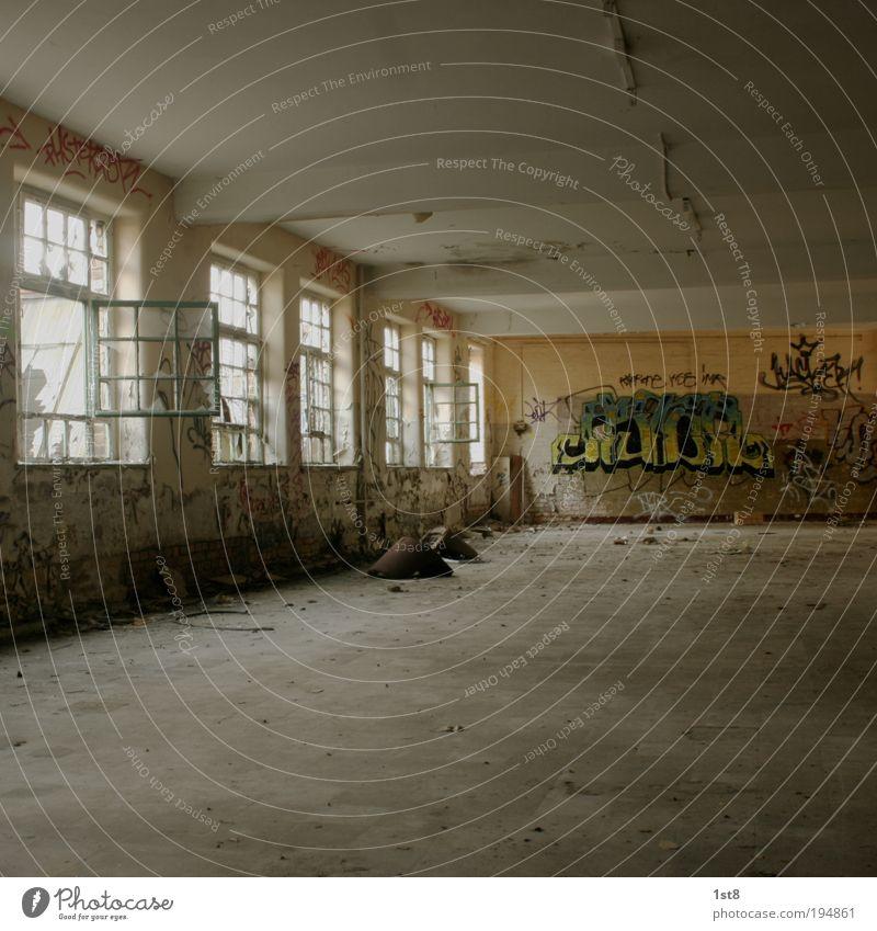 menschenleer Menschenleer Haus Bauwerk Gebäude Architektur Fenster alt kaputt Graffiti Produktionsstätte Fabrik Gravo VEB desolat Farbfoto Innenaufnahme