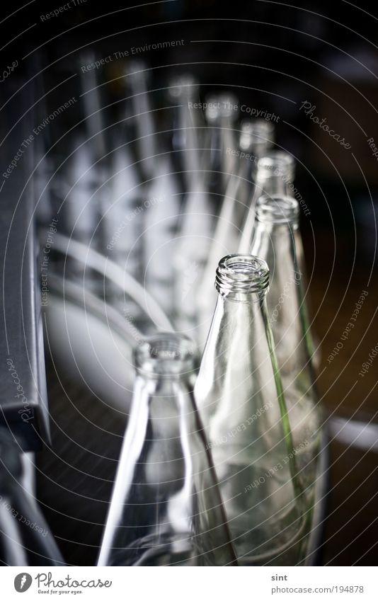 flaschenpost Getränk Trinkwasser Limonade Saft Flasche Industrie Förderband fliessband Glas kalt Sauberkeit Fortschritt Handel modern Präzision Qualität