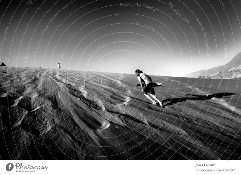 Fearless Mensch Bewegung Sand gehen maskulin trist Wüste Sport trocken bizarr Surfer Chile Schwarzweißfoto Badehose Surfbrett Zeit