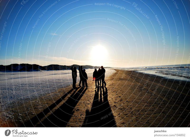 Sonnenfreunde Mensch Natur Sonne Strand Ferne Erholung Menschengruppe Freundschaft Zusammensein Klima frei Erfolg Perspektive Hoffnung Warmherzigkeit Schönes Wetter