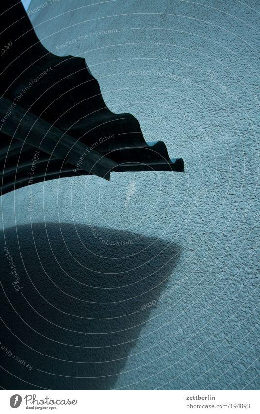 Wellblechdach dunkel warten Dach Regenschirm Sonnenschirm Schirm Wetterschutz Abflughalle Fahrradständer wettergeschützt Blechdach Wartehalle