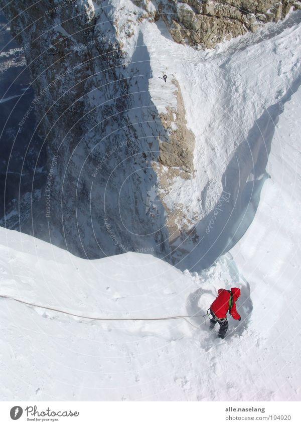 red guy Lifestyle Winter Schnee Umwelt Natur Landschaft Eis Frost Felsen Berge u. Gebirge Schneebedeckte Gipfel Gletscher authentisch Farbfoto Außenaufnahme Tag