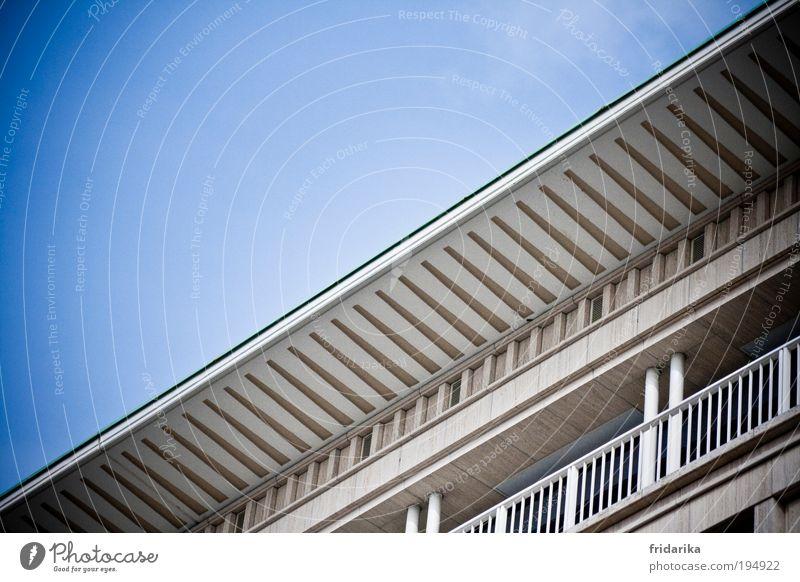 schlagseite blau weiß schwarz Wand Architektur Mauer Stein Metall Linie Deutschland Fassade Beton hoch Hochhaus Erfolg Europa
