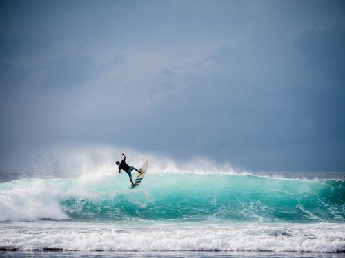 Big wave jump / surfer with skills Mensch Ferien & Urlaub & Reisen Jugendliche Mann blau Wasser Junger Mann Meer Erwachsene Küste Freiheit Tourismus springen