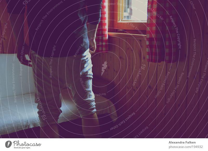 Lange Männer Schlafzimmer Mensch maskulin Gesäß Hinterteil 1 Berge u. Gebirge Holzwand Holzhaus Berghütte Alm Unterwäsche Unterhose stehen Traurigkeit