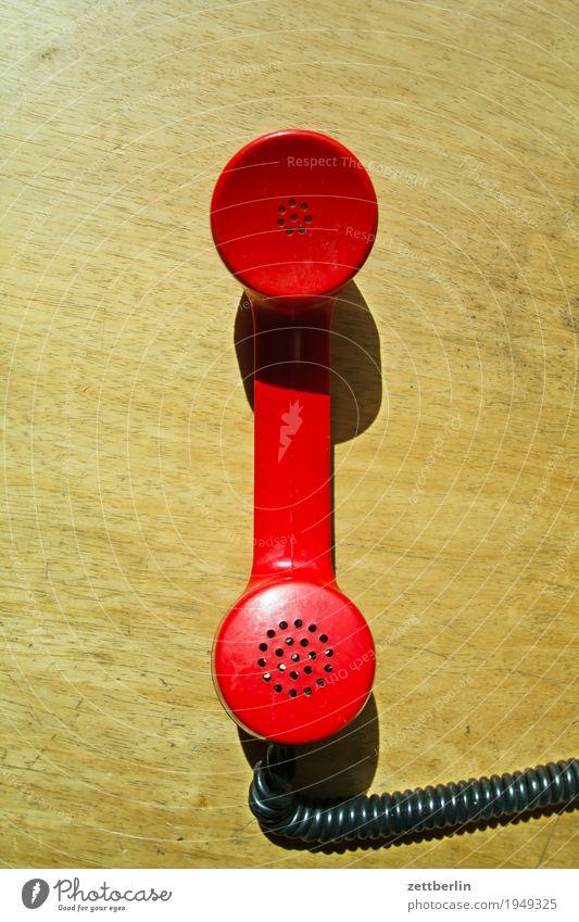 Festnetz sprechen Textfreiraum Büro Kommunizieren Telekommunikation Telefon Kabel Kontakt Verbindung analog Spirale Telefongespräch Telefonhörer Wählscheibe
