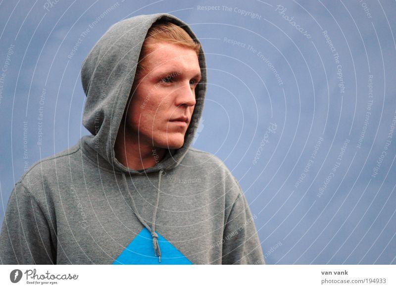 only blue is true Lifestyle maskulin Junger Mann Jugendliche 18-30 Jahre Erwachsene Künstler Musiker Pullover Stoff Kapuze rothaarig kurzhaarig Scheitel Blick