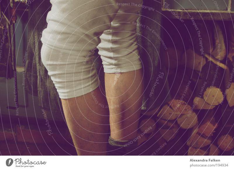 Langer Mann Einsamkeit Erwachsene Beine Arbeit & Erwerbstätigkeit maskulin stehen Romantik Kitsch dünn Hütte Kamin bauen Tradition Unterwäsche Bergsteigen