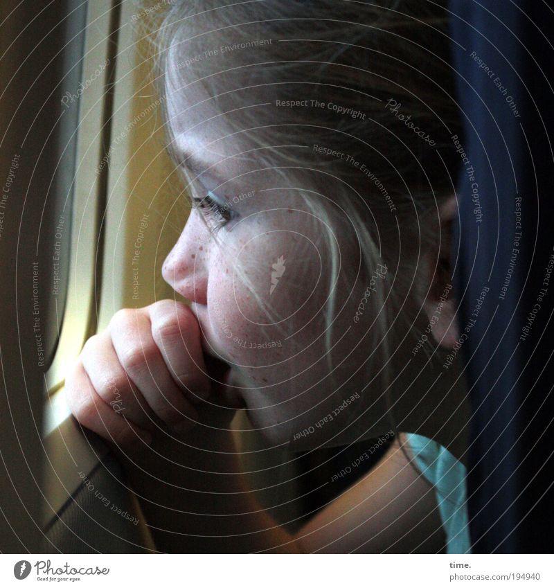 Große weite Welt Hand Mädchen Gesicht Fenster Haare & Frisuren Angst Glas hoch Flugzeug Finger Kind Luftverkehr Sicherheit nachdenklich Neugier Rahmen