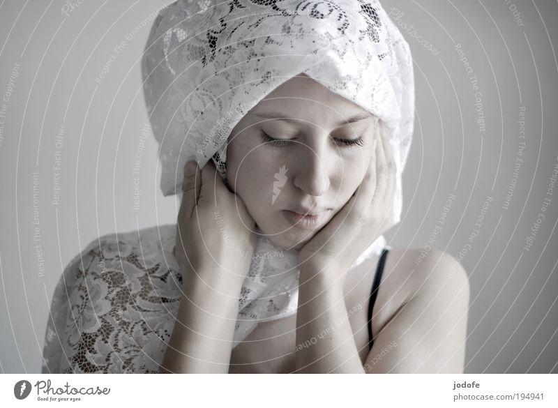 weiß feminin Junge Frau Jugendliche Erwachsene Leben Kopf Gesicht 1 Mensch 18-30 Jahre ästhetisch hell schön Opferbereitschaft Menschlichkeit Vorsicht ruhig