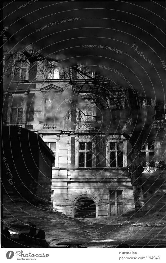 Black Mirror Stadt Haus Straße dunkel Fenster Umwelt Kunst Tür glänzend Fassade Lifestyle Häusliches Leben außergewöhnlich Unendlichkeit analog Pfütze