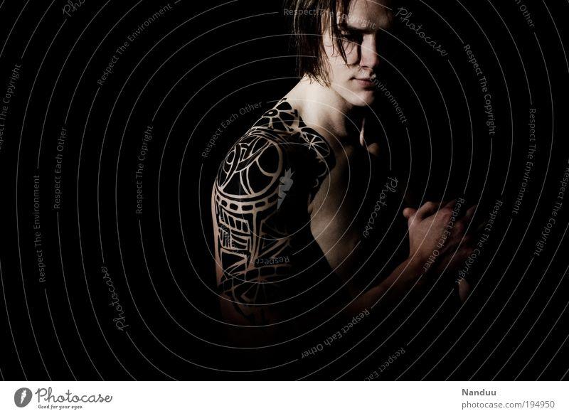 male. Mensch Jugendliche schwarz dunkel Gefühle Kraft Erwachsene maskulin Mann Fitness Sport-Training Tattoo Klischee Tapferkeit Junger Mann Tribal