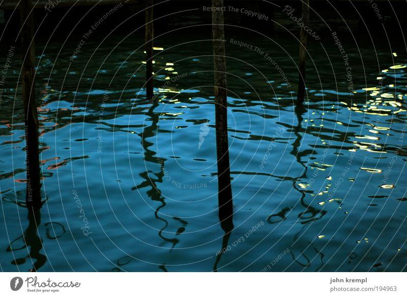 venezianisches blau Wellen Meer nass schwarz schön Gedeckte Farben Nacht Wasseroberfläche Schatten Verzerrung Wasserspiegelung Hintergrundbild Meerwasser Lagune