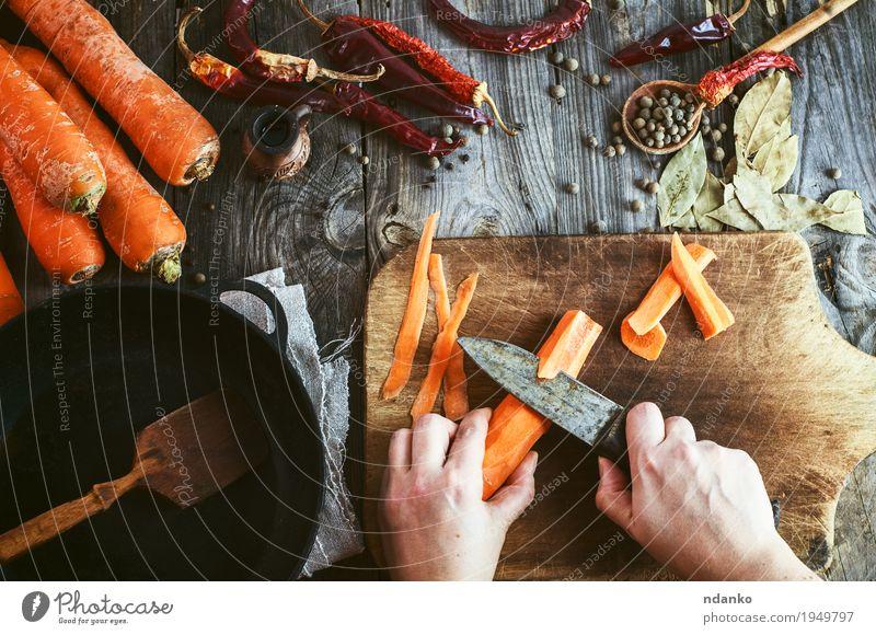 Die Hände von zwei Frauen säubern große Karotten für das Schneiden Mensch Jugendliche alt Junge Frau Hand 18-30 Jahre Speise Erwachsene Essen Holz Lebensmittel