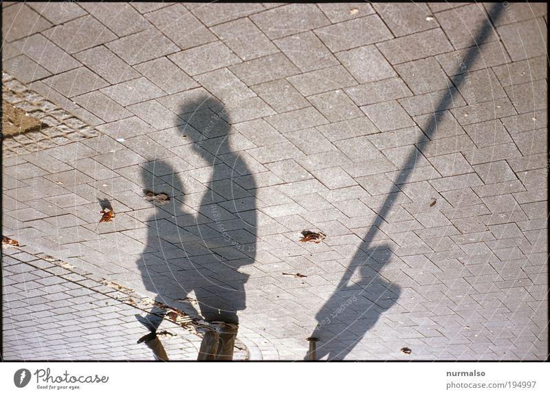 nachdenkliche Schatten Mensch Stadt Sonne Einsamkeit Umwelt Bewegung Stil Denken Wetter Schuhe gehen Platz Klima stehen Lifestyle Kommunizieren